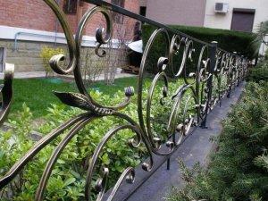 Как украсить газоны и клумбы загородного дома?