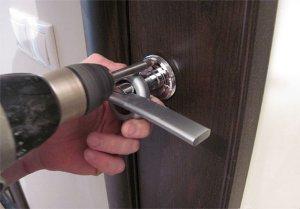 Особенности ремонта входных дверей